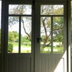 Vanuit binnen heeft u ruim uitzicht over de tuin en omgeving. De authentieke elementen van vroeger zijn toegepast in het nieuw gemaakte huisje van Sijtsema.