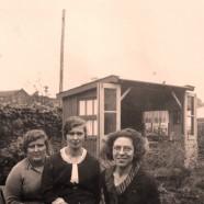 Familie kiekje voor een gebruikt  TBC-Huisje uit 1966